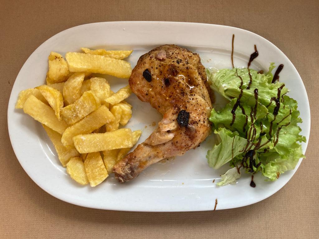 Menú del día. Pollo con patatas y ensalada.